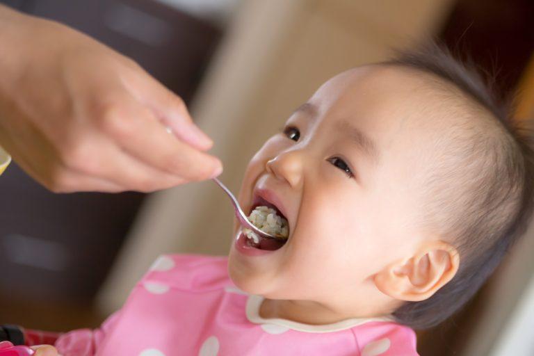 ご飯を食べる子供